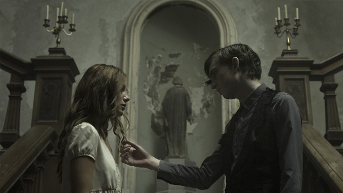 """Charlotte Vega and Bill Milner in """"The Lodgers"""" (2017)"""